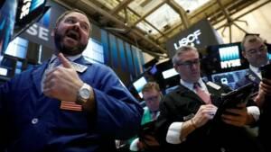 Wall Street ouvre en baisse, le sterling grimpe